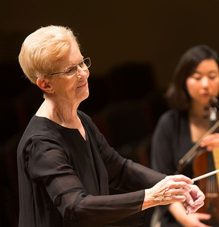Ann Howard Jones conducts (Michael J. Lutch photo)