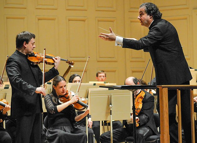 Juanjo Mena conducts Frank Peter Zimmerman (Stu Rosner photo)