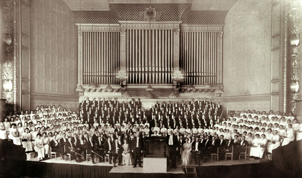 A 1915 performqnce in Symphony Hall. This is what the cosiety looked like for the next 50 years.