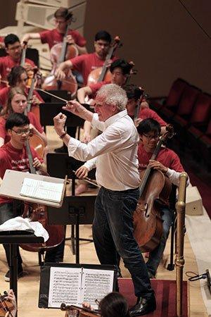 Zander rehearses BPYO in Carnegie Hall